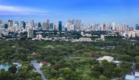 Modern stad i en grön miljö, Suan Lum, Bangkok, Thailand. Arkivbilder