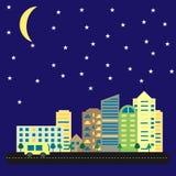 Modern stad med högväxta hus och skyskrapor på natten Cityscape av vägen och bilar under stjärnklar himmel med månen r Royaltyfri Foto