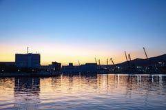 Modern stad på havskusten royaltyfria bilder