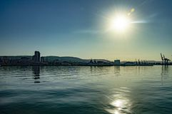 Modern stad på havskusten fotografering för bildbyråer