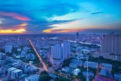 Modern stad på skymning, Bangkok, Thailand Royaltyfri Foto