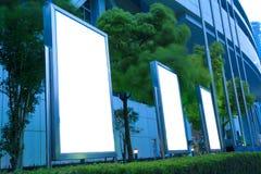 Modern stad som annonserar ljusa askar arkivfoton