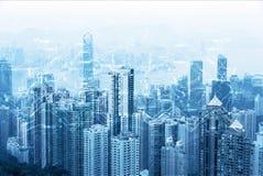 Modern stads- horisont Globala kommunikationer och nätverkande Cyberspace i storstaden Snabb data och internetuppkoppling