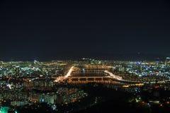Modern stads- stad på natten Arkivbilder