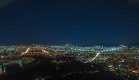 Modern stads- stad på natten Arkivfoton