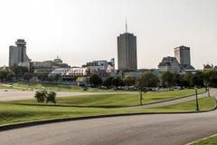Modern stadshorisont - sikten från Parc des Mästare-de-Bataille Medborgare Slagfält parkerar Quebec City Kanada royaltyfri foto
