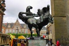Modern standbeeld van twee jousting ridders op paarden Stock Afbeeldingen