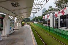 modern stationsspårvagn Grönt gräs på spårvagnspåren Spårvagnsläp med blommor i gatan arkivfoto