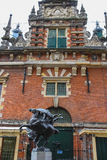 Modern staty av två jousting riddare på hästar Royaltyfri Fotografi