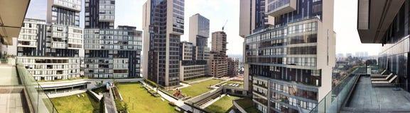 Modern stedelijk huisvestingspanorama Stock Fotografie