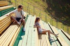 Modern stedelijk jong paar in het park, de jeugd, liefde, het dateren Stock Afbeeldingen