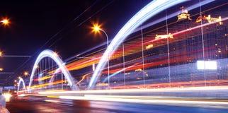 Modern stedelijk landschap bij nacht stock foto's