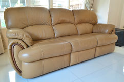 Modern stil av ljus - brun soffa Royaltyfria Foton