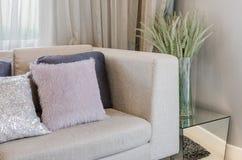 Modern stil för vardagsrum med växter Arkivfoton