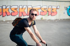 Modern stilfull blond man för Hipster med cykeln Arkivfoton