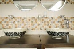 Modern stilinredesign av ett badrum Arkivbild