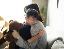 Modern stillar hennes son från sorgsenhet fotografering för bildbyråer