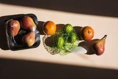 Modern stilleven met gezond voedsel en plastic pak stock foto