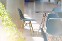 Modern stolar och tabell Fotografering för Bildbyråer