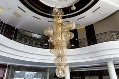 Modern stor ljuskrona i en lobby för lyxigt hotell royaltyfri fotografi