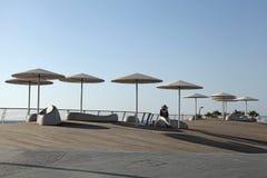 Modern strandpromenad med paraplyer i Tel Aviv, Israel Arkivfoton