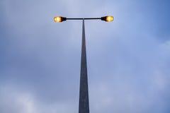 Modern streetlamp för Lit på aftonen eller den tidiga natten Fotografering för Bildbyråer