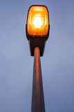 Modern streetlamp för Lit på aftonen eller den tidiga natten Royaltyfri Foto