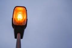 Modern streetlamp för Lit på aftonen eller den tidiga natten Royaltyfri Bild