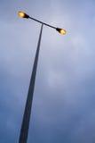Modern streetlamp för Lit på aftonen eller den tidiga natten Arkivbilder
