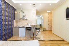 modern studio för lägenhet Kök och vardagsrum Royaltyfria Foton