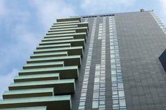 Modern svart byggnad med glass balkonger royaltyfri foto