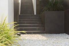 Modern svart trappa upp till restaurangen I Arkivbilder