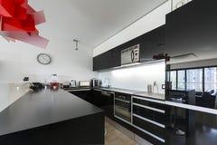 Modern svartvit kökinterior fotografering för bildbyråer