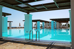 Modern swimming pool at luxury hotel Royalty Free Stock Photos