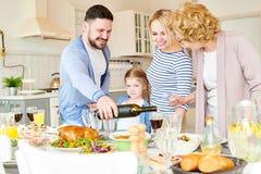 Modern tabell för familjinställningsmatställe för parti arkivbilder