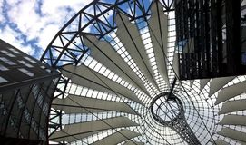 Modern takkonstruktion från stål och tältet royaltyfri foto