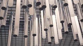Modern taklampor eller ljuskrona i en lobby som göras av stål och exponeringsglas, ultrarapid med att panorera för kamera lager videofilmer