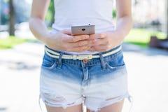 Modern technologie-technologieconcept Bebouwde dichte omhooggaande meningsfoto van damegebruiker die holding in handen gebruiken  stock afbeelding