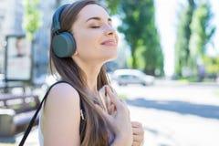Modern technologie-technologieconcept Sluit omhoog zij de fotoportret van de profielmening van vrolijke rust die vreedzame droom  royalty-vrije stock foto