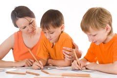 Modern tecknar med hans sons fotografering för bildbyråer