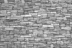 Modern tegelstenvägg (svartvitt foto). Tegelstenvägg som bakgrund. Fotografering för Bildbyråer