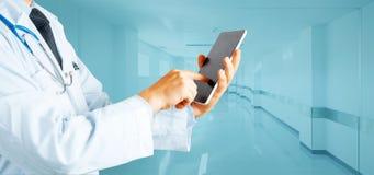 Modern teknologi i medicin- och sjukvårdbegrepp Mandoktor Using Digital Tablet i sjukhus arkivbilder