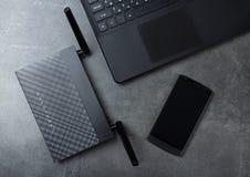Modern teknologi-radio LAN-Wi-Fi, dator och telefon på grå färger royaltyfri fotografi