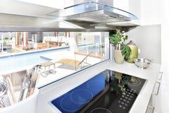 Modern teknologiugn i köket royaltyfria bilder