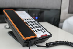 Modern telefon i ett lägenhetrum Arkivbilder