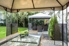 Modern terras in de tuin van het hotel stock afbeeldingen
