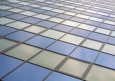 Modern textur för fasade för kontorsbyggnadskyskrapayttersida Arkivfoto