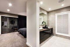 Modern toalett med ett fönster och ett hall Arkivfoto