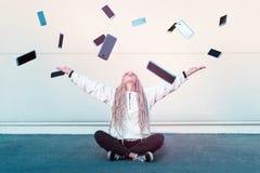 Modern tonårs- flicka som tycker om mobil teknologi arkivfoto
