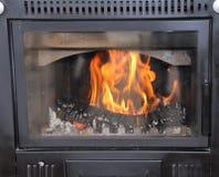 Modern trä-bränning ugn som värmer huset royaltyfri fotografi